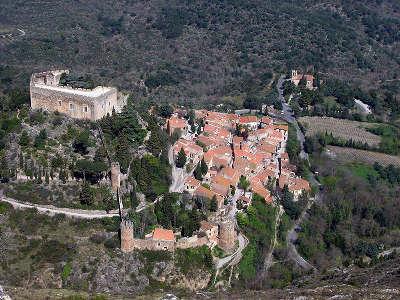 Castelnou vue sur le village plus beaux villages routes touristiques des pyrenees orientale guide du tourisme occidanie