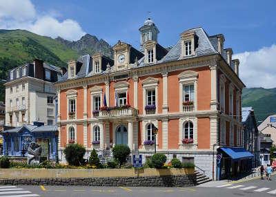 Cauterets hotel de ville routes touristiques des hautes pyrenees guide du tourisme de midi pyrenees