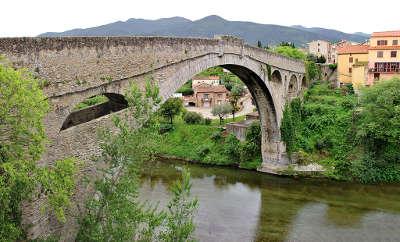 Ceret le pont du diable routes touristiques des pyrenees orientales guide du tourisme du languedoc roussillon