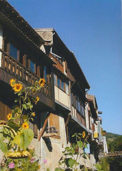 Chalabre maison ancienne au bord du blau routes touristique de aude guide du tourisme du languedoc roussillon