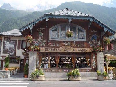 Chamonix facade traditionnelle d un restaurant chamoniard routes touristiques de haute savoie guide du tourisme de rhone alpes