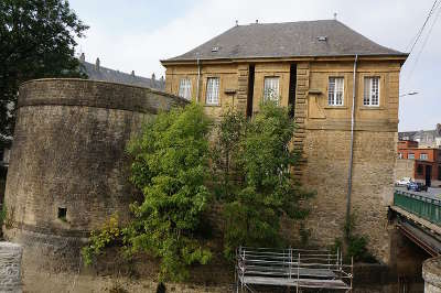 Charleville mezieres ville d art et d histoire la porte neuve et la tour cauchiette routes touristiques dans les ardennes guide du tourisme