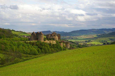 Chateau de berze vue sur la vallee de la petite grosne et le vignoble du maconnais routes touristiques en cote d or guide du tourisme en bourgogne