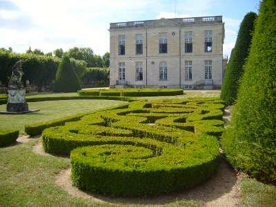 Chateau de bouges le chateau le parterre de broderies routes touristiques dans l indre guide du tourisme centre val de loire