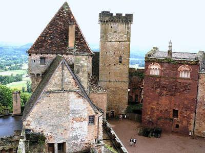 Chateau de castelnau bretenoux donjon et tour de l auditoire routes touristiques du lot guide touristique midi pyrenees