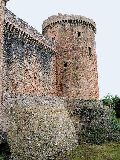 Chateau de castelnau bretenoux tour militaire protegee par une fausse braie routes touristiques du lot guide touristique midi pyrenees