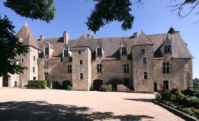 Chateau de culan la facade sur cour routes touristiques dans le cher guide du tourisme centre val de loire