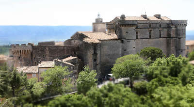 Chateau de gordes gordes plus beau village routes touristiques du vaucluse guide du tourisme de provence alpes cote d azur