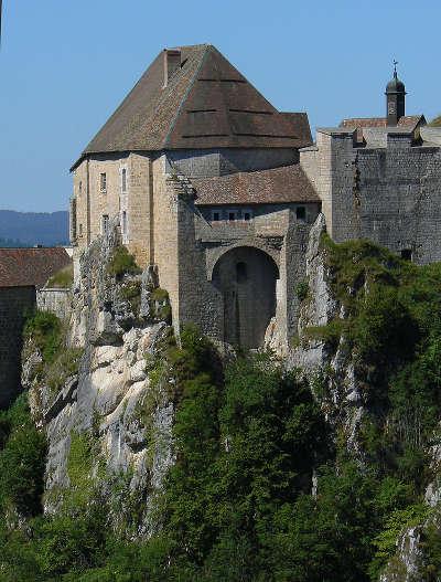 Chateau de joux donjon et latrines medievales rempart du xixe routes touristiques du doubs guide touristique franche comte