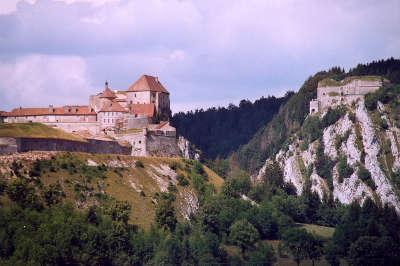 Chateau de joux et la cluse routes touristiques du doubs guide touristique franche comte