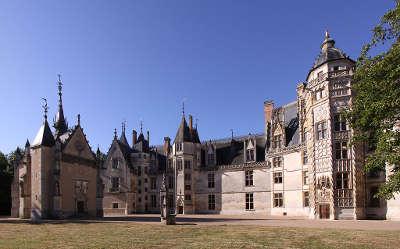 Chateau de meillant la facade sur cour routes touristiques dans le cher guide du tourisme centre val de loire