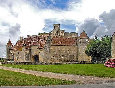 Chateau de sagonne l entree medievale routes touristiques dans le cher guide du tourisme centre val de loire