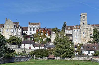 Chateau landon village de caractere vue depuis la vallee du fusain avec la tour saint thugal routes touristiques de seine et marne guide touristique ile de france