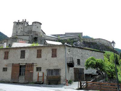 Chateau ville vieille le fort queyras dominant le village routes touristiques des hautes alpes guide du tourisme de provence alpes cote d azyr