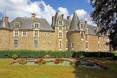 Chateaubriant la facade sur douves des logis de la renaissance du chateau routes touristiques de loire atlantique guide du tourisme du pays de la loire