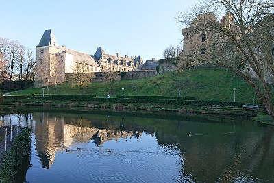 Chateaubriant le chateau vu de l etang de la torche routes touristiques de loire atlantique guide du tourisme du pays de la loire