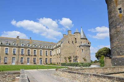 Chateaugiron hotel de ville dans la cour du chateau petite cite de caractere routes touristiques dans l ille et vilaine guide du tourisme en bretagne