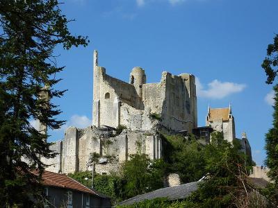 Chauvigny les ruines du chateau baronnial xiie siecle ancien chateau des eveques de poitiers route des abbayes et monuments du haut poitou guide du tourisme de la vienne