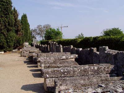 Civeaux les sarcophages et le mur de cloture routes touristique de la vienne guide du tourisme de poitou charentes