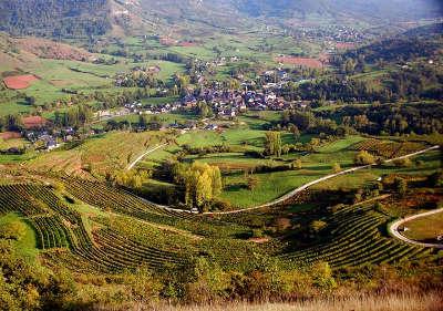 Clairvaux d aveyron vue des coteaux plantes de vignes de la vallee de l ady avec le village de clairvaux au premier plan routes touristique d aveyron guide du tourisme midi pyrenee