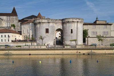 Cognac la porte saint jacques routes touristique de charente guide du tourisme de poitou charentes