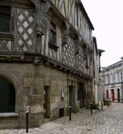 Cognac maison du vieux cognac medieval routes touristique de charente guide du tourisme de poitou charentes