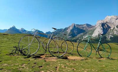 Col aubisque velos geants tour de france routes touristique des pyrenees atlantiques guide du tourisme aquitaine