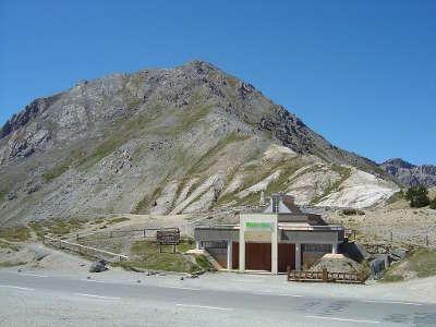 Col d izoard musee du tour de france routes touristiques des hautes alpes guide du tourisme de provence alpes cote d azyr