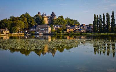 Combourg le chateau et le lac tranquille petite cite de caractere routes touristiques dans l ille et vilaine guide du tourisme en bretagne