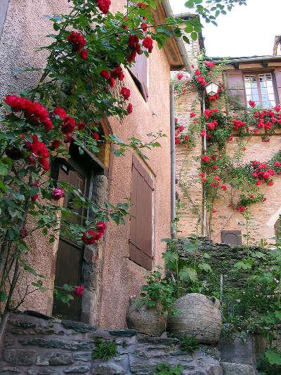 Conques en rouergue plus beaux villages de france facades fleuris routes touristiques de aveyron guide du tourisme midi pyrenees