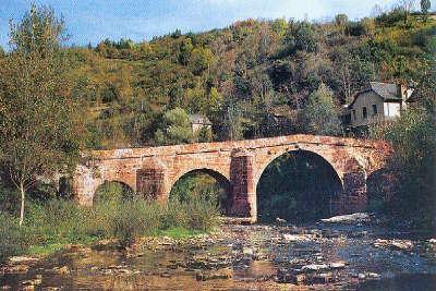 Conques en rouergue plus beaux villages de france le vieux pont routes touristiques de aveyron guide du tourisme midi pyrenees