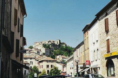 Cordes sur ciel grand site occitanie vue depuis la ville basse routes touristiques du tarn guide du tourisme midi pyrenees