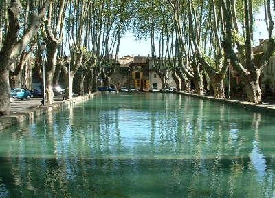 Cucuron village medieval l etang de cucuron routes touristiques du vaucluse guide du tourisme de provence alpes cote d azur