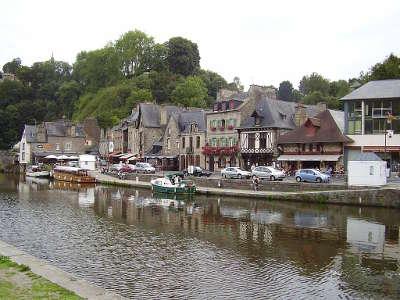 Dinan la ville basse sur les rives de la rance ville d art et d histoire chevet de l eglise routes touristiques dans la nievre guide du tourisme en bourgogne