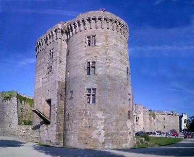 Dinan le chateau de la duchesse anne ville d art et d histoire chevet de l eglise routes touristiques dans la nievre guide du tourisme en bourgogne