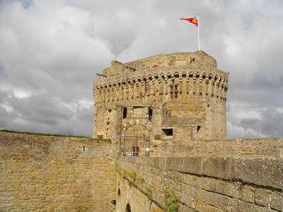 Dinan le haut du donjon ville d art et d histoire chevet de l eglise routes touristiques dans la nievre guide du tourisme en bourgogne