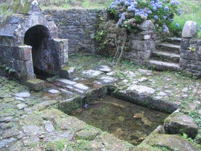 Dirinon la fontaine saint divy circuit des enclos paroissiaux du pays de landerneau routes touristiques dans le finistere guide du tour