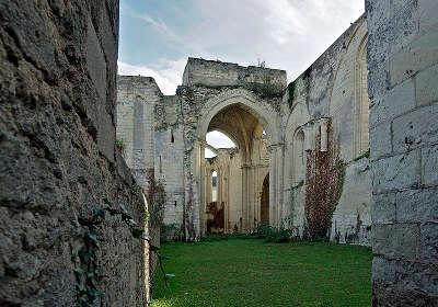 Doue la fontaine ruines de la collegiale saint denis routes touristiques de maine et loire guide du tourisme du pays de la loire