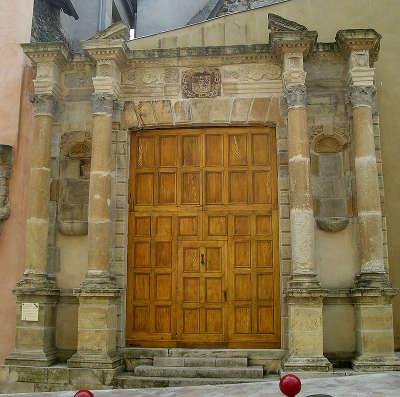 Espalion le portail du couvent des ursulines routes touristiques de aveyron guide du tourisme midi pyrenees
