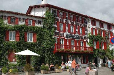 Espelette le village routes touristiques des pyrenees atlantiques guide du tourisme nouvelle aquitaine