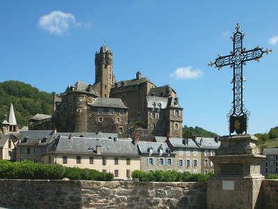 Estaing plus beaux villages de france la croix du pont d estaing routes touristiques de aveyron guide du tourisme midi pyrenees