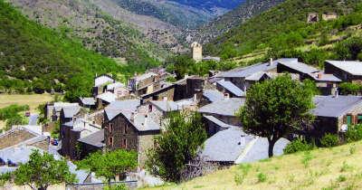 Evol vue sur le village plus beaux villages routes touristiques des pyrenees orientale guide du tourisme occidanie