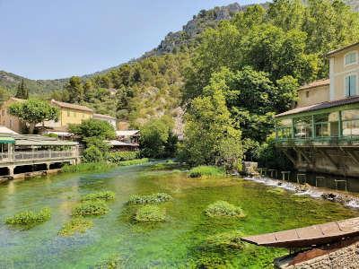 Fontaine de vaucluse routes touristiques du vaucluse guide touristique de la provence alpes cote d azur
