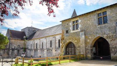Fontaine le comte abbaye augustine des comtes du poitou routes touristique de la vienne guide du tourisme de poitou charentes