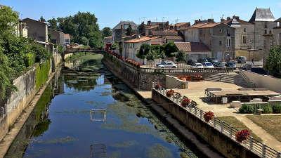 Fontenay le comte ville d art et d histoire le pont des sardines sur la vendee routes touristiques en vendee guide du tourisme du pays de la loire