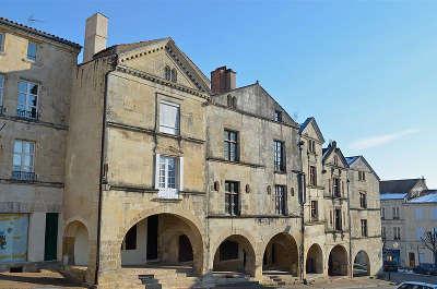 Fontenay le comte ville d art et d histoire place belliard routes touristiques en vendee guide du tourisme du pays de la loire