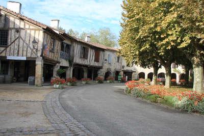 Fources maison a colombage et la place routes touristiques du gers guide du tourisme midi pyrenees