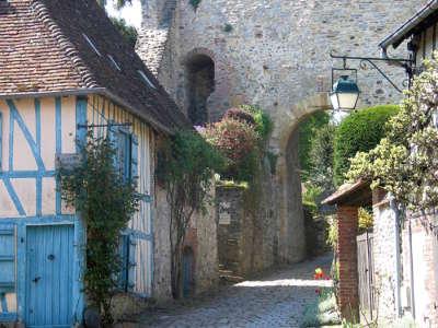 Gerberoy plus beau village la rue du chateau et la maison bleue routes touristique de l oise guide touristique de picardie