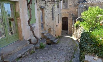 Gordes plus beau village calades routes touristiques du vaucluse guide du tourisme de provence alpes cote d azur