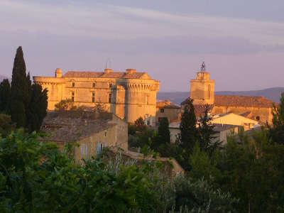 Gordes plus beau village chateau et eglise routes touristiques du vaucluse guide du tourisme de provence alpes cote d azur
